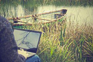 arbejde-udenfor-med-computer