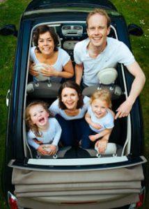 familie-i-lille-bil
